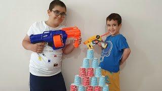 Berat Buğra Nerf Tabancası ile Bardak Vurma Oyunu Oynadı