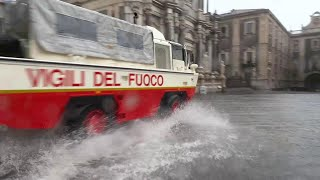 Nubifragio su Catania, la via Etnea come un fiume: i pompieri arrivano col mezzo anfibio