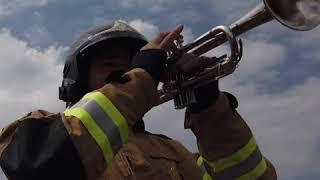 巴西消防员登50米云梯为居民演奏 曲目动人谢幕引欢呼无数