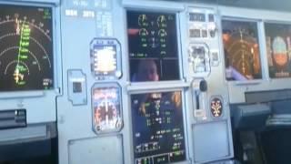 Кабина Аэробуса A-321. Полёт самолёта, вид из кабины пилота. cockpit