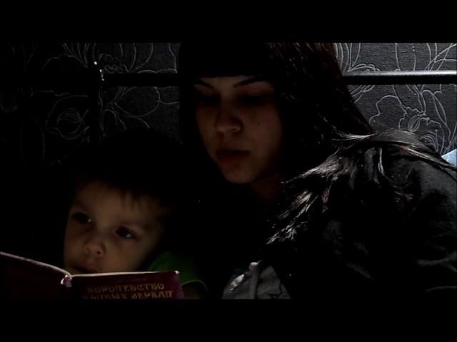 Изображение предпросмотра прочтения – «Семья Вуколовых-Кирилловых» читают произведение «Королевство кривых зеркал» В.Г.Губарева