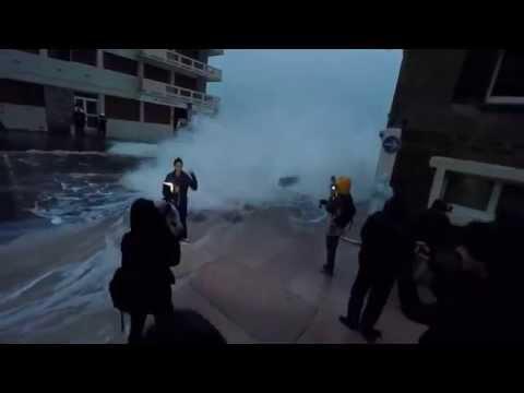 grande marÉes: chute d une journaliste de bfmtv emportée par une énorme vague en direct à saint-malo