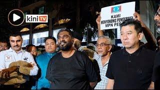 'Di mana Farhash?' - Penyokong berhimpun depan balai polis