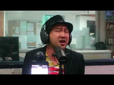 Jun Murillo sings