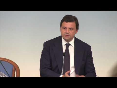 """Calenda, il """"benvenuto a bordo"""" da Renzi, lui: """"valuterò se persone funzionano"""""""