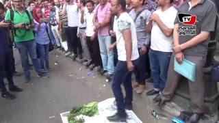أحد حملة «الماجستير» يبيع «خضار» أمام مجلس الوزراء