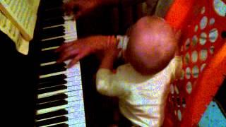 первый урок обучения ребёнка на пианино!!!))))))