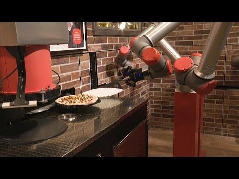 شاهد: للمرة الأولى في باريس.. روبوت ينوب عن الموظفين في تحضير وخبز وتقديم البيتزا …