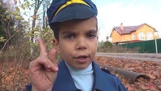 Отвалилось колесо у полицейской машины Малыш на тракторе ремонтирует отпавшее колесо