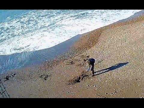 Первый мародёр на пляже Адлера куда море выносит имущество жертв крушения Ту-154 После шторма