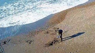 Первый мародёр на пляже Адлера куда море выносит имущество жертв крушения Ту-154 После шторма(Без особых комментариев RECORDED LIVE Ускоренное воспроизведение Accelerated playback Из моих собственных видео записей..., 2017-01-16T17:38:29.000Z)