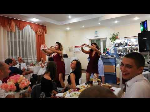 Сюрприз, подарок молодым на свадьбу от друзей - молодёжи. Свадебный танец
