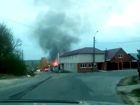 В Ленинском огонь уничтожил автосервис. Видео