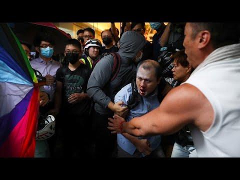 شاهد: متظاهرون ينهالون بالضرب على رجل رفض المشاركة في احتجاجات هونغ كونغ…  - نشر قبل 3 ساعة
