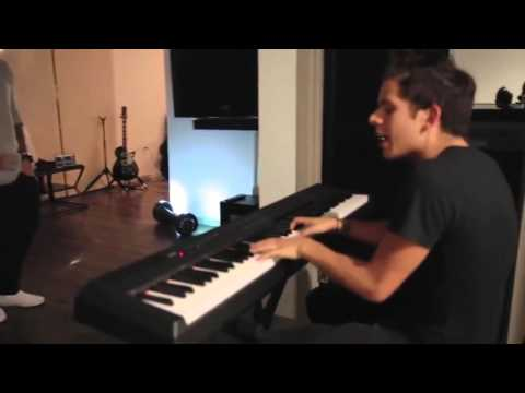 Justin Bieber singing an unreleased song w/ Rudy Mancuso at the piano