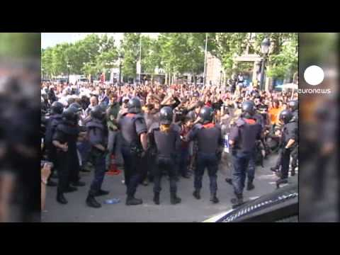 Anti-riot police clear Cataluna square