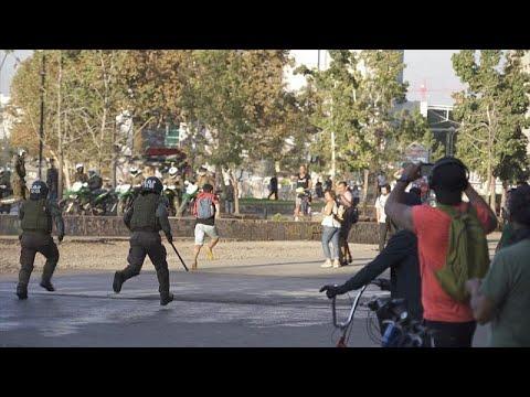 شاهد: قوات مكافحة الشغب تستخدم خراطيم المياه والغاز المسيل للدموع لتفريق محتجين في تشيلي…  - 17:59-2020 / 3 / 21