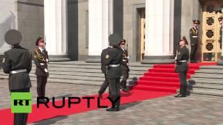 لحظة سقوط جندي حرس الشرف امام الرئيس الاوكراني الجديد