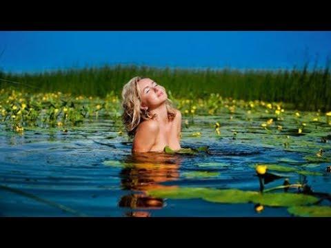 Лето, дача, купаемся голыми в реке.