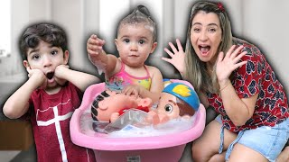 HORA do BANHO com a MANU e os BONECOS na BANHEIRA - Banho divertido