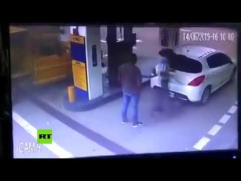 Unos traficantes paran a echar gasolina y el coche explota dejando una nube de cocaína