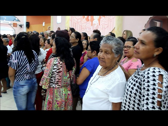 Homenagem ao amor de mãe na igreja de São Pedro Apóstolo