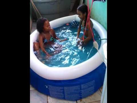 Eu e minha amiga isabela tomando banho de piscina
