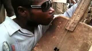 2011-05-31 Gã nghệ sĩ mù lang thang với cây đàn Guitar tự chế