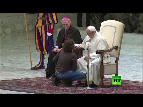 شاهد ..اختراق طفل قداس بابا الفاتيكان ولعبه مع الحرس أمام الحشود