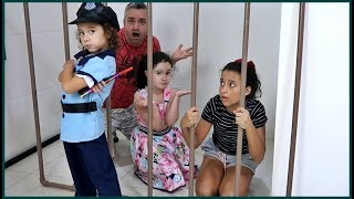 KIDS PRETEND PLAY WITH POLICE COSTUME VÍDEO FOR KIDS - LÍVIA FINGE BRINCAR DE SER POLICIAL
