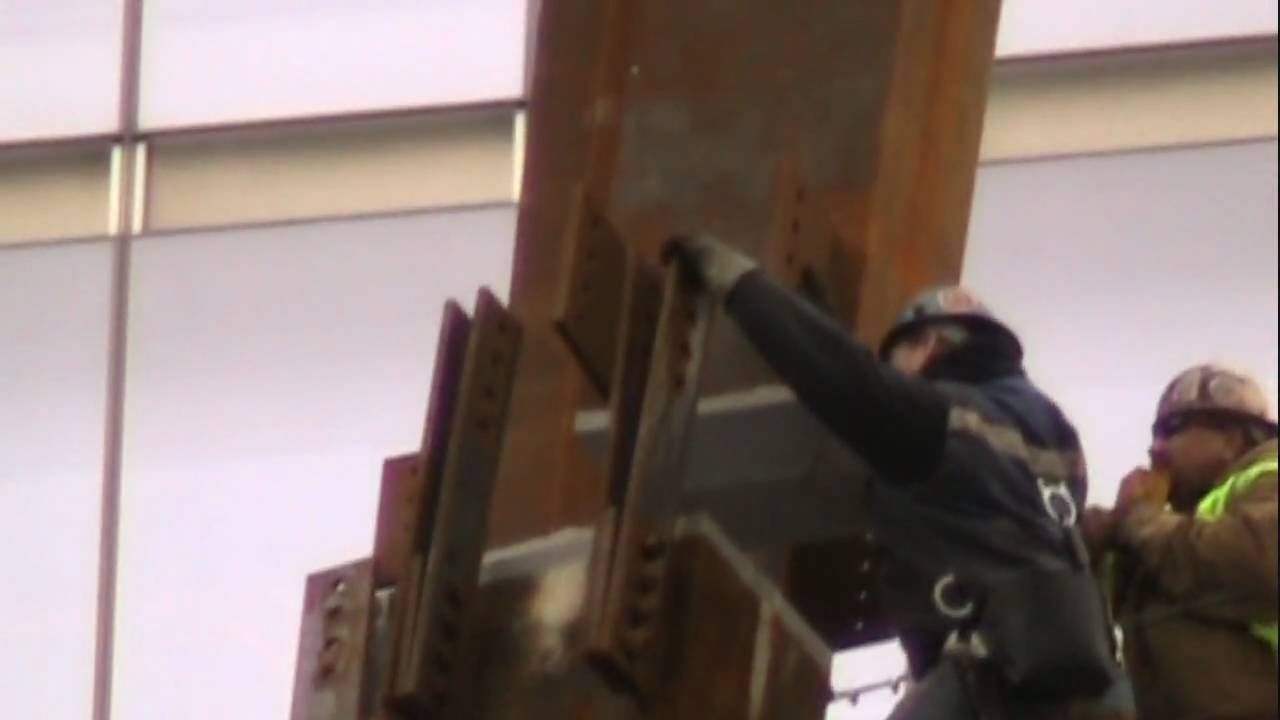 Local 40 iron workers installing a corner node on 1 World Trade Center