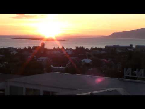 Reykjavik: Blick vom Park Inn Hotel mit Mitternachtssonne-.MP4