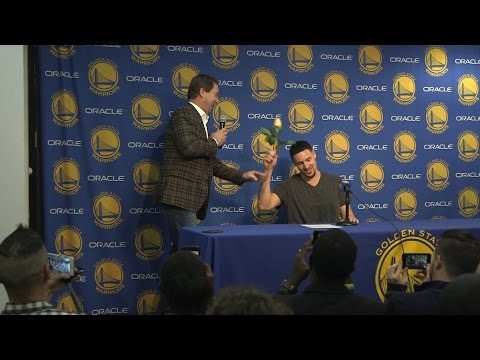 Joe Lacob presents Klay Thompson with rose after 60-point performance