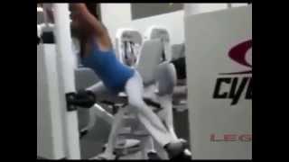 видео Тренировки для девушек. Первая тренировка в фитнес клубе.
