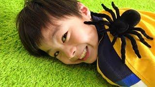 spider creeping up pretend play こうくんがクモに!? お医者さんごっこ おゆうぎ こうくんねみちゃん