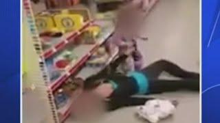 شاهد.. رد فعل طفلة سقطت والدتها بسبب جرعة مخدرات زائدة
