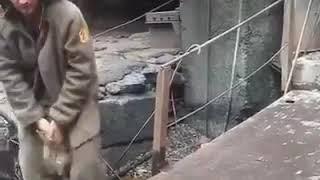 Сталевар голой рукой разбивает ручей расплавленного металла