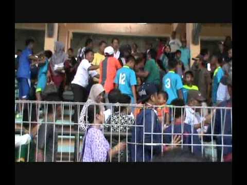 Kalah Adu Pinalti, Pendukung Tim Sepak Bola Ngamuk  YouTube