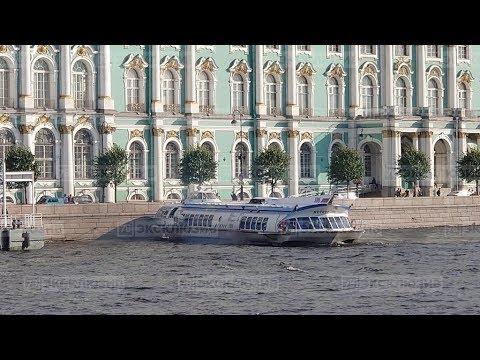 """Момент столкновения """"Метеора"""" с Дворцовой набережной"""