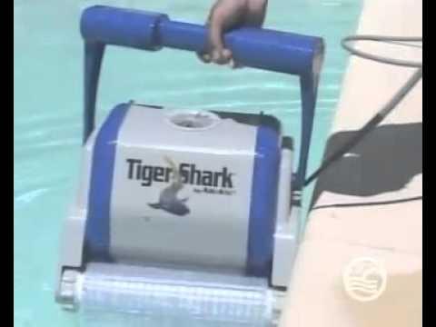 Hayward robot piscine tigershark youtube for Robot piscine