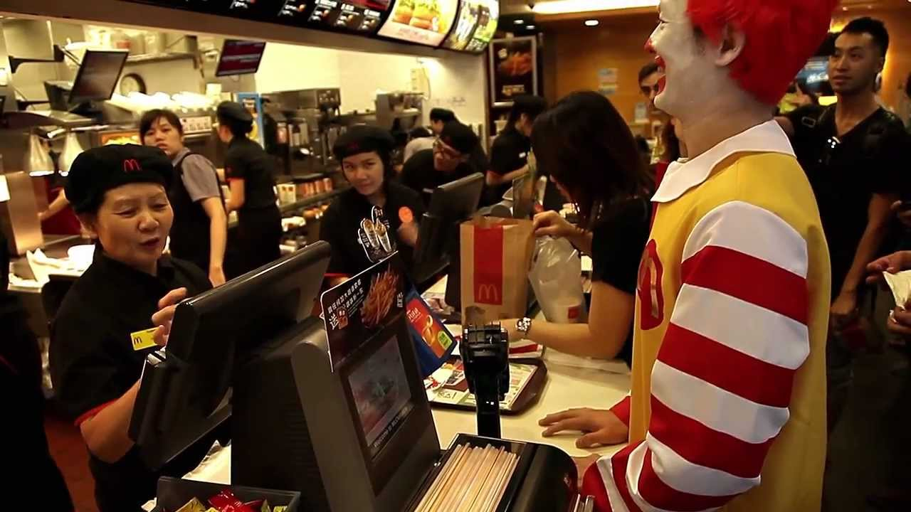 麥當勞叔叔去麥當勞食麥當勞餐 Ronald McDonald has McDonald's meal in McDonald's - YouTube