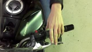 два пальца на рычагах мотоцикла