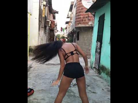 Novinha magrinha dançando funk