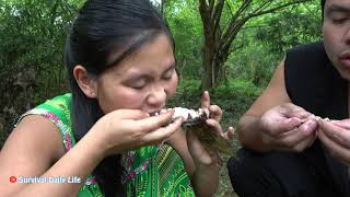 Primitive Technology - Eating Delicious - Smart Girl Catch Fish For Survival meet Forest People