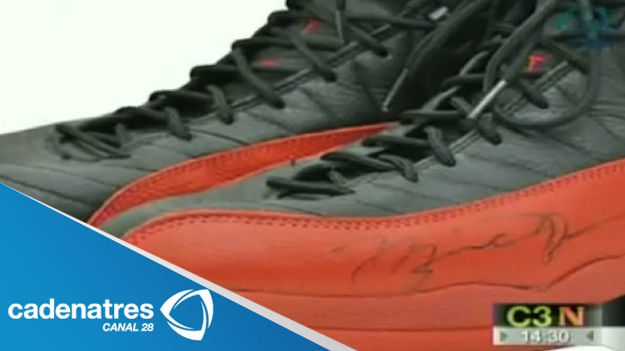 04f19885341 Subastan los tenis de Michael Jordan que uso en 1997 - YouTube