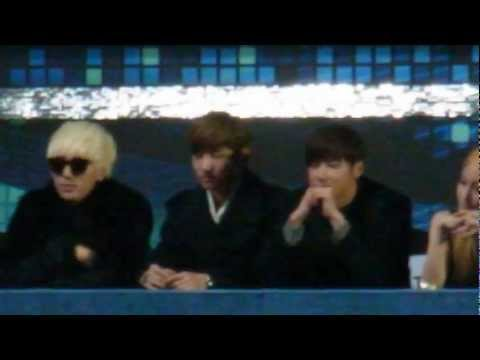121229 TVXQ watching 2NE1 performance and chatting with KARA& SJ @ SBS Gayo