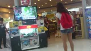 ショッピングモールで発見された歌が上手すぎる ジェニファーリー 検索動画 10