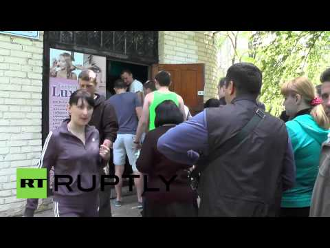 Ukraine: Hundreds wait in the sun to cast votes in Donetsk