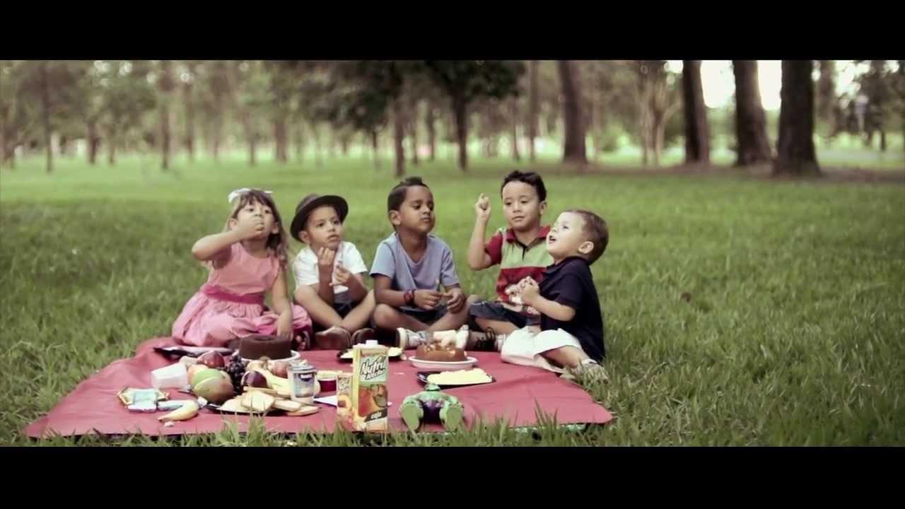 Crianças Se Divertindo No Parque: Crianças Brincando No Parque Da Cidade
