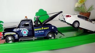 Эвакуатор везет машину БМВ в автомастерскую. Игрушечные машинки